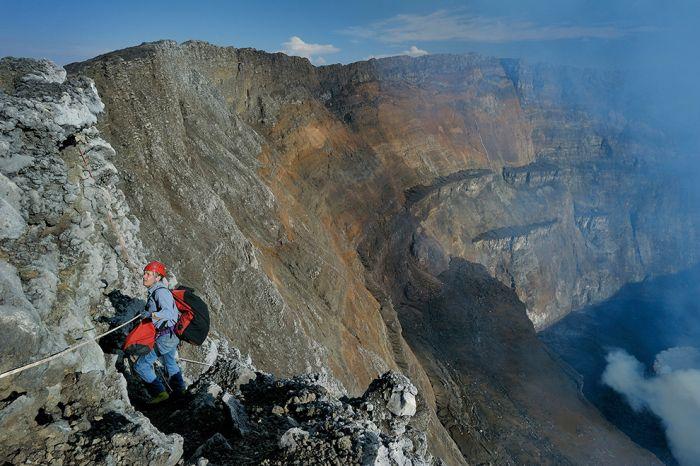 A cratera do vulcão Nyiragongo 25