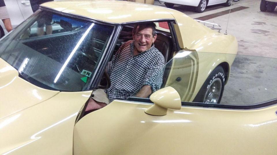 Filhos compram Corvette 1977 que o pai vendeu para criá-los