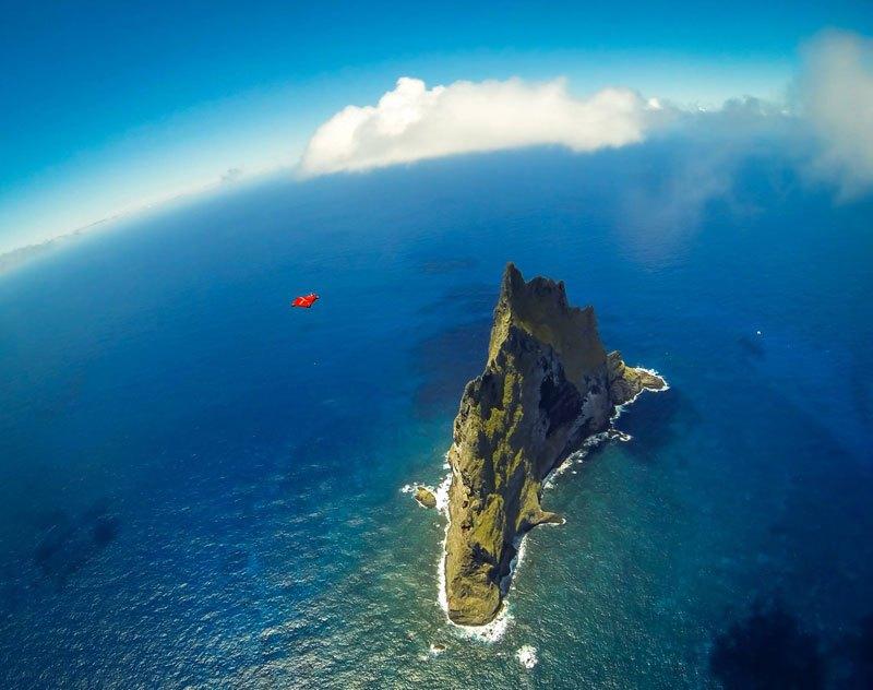 Temerários voam de wingsuit sobre a mais alta coluna geolôgica do mundo 01