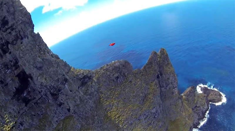 Temerários voam de wingsuit sobre a mais alta coluna geolôgica do mundo 07