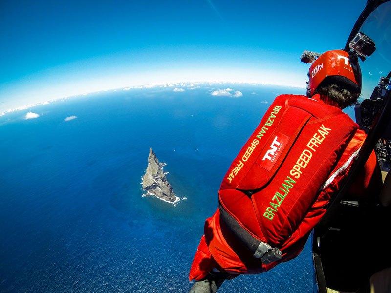 Temerários voam de wingsuit sobre a mais alta coluna geolôgica do mundo 08