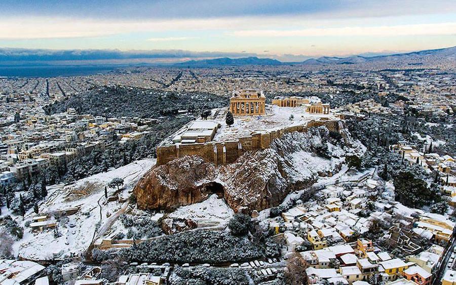 A Acrópole coberta de neve é um raro espetáculo a ser visto 01