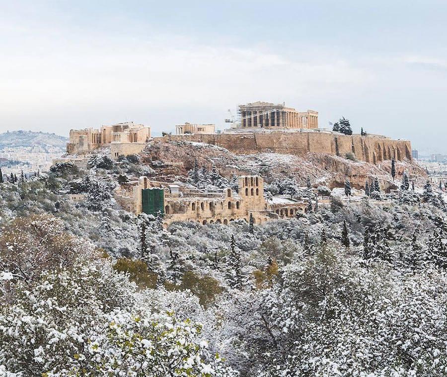 A Acrópole coberta de neve é um raro espetáculo a ser visto 03