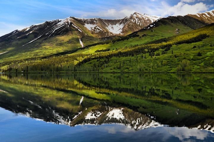 Magníficos reflexos de montanhas