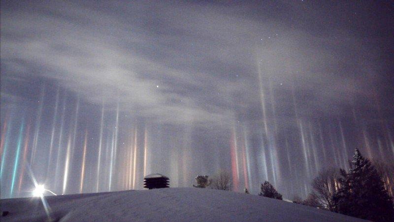 Espantosos pilares que parecem vigas alienígenas iluminando o céu noturno 01