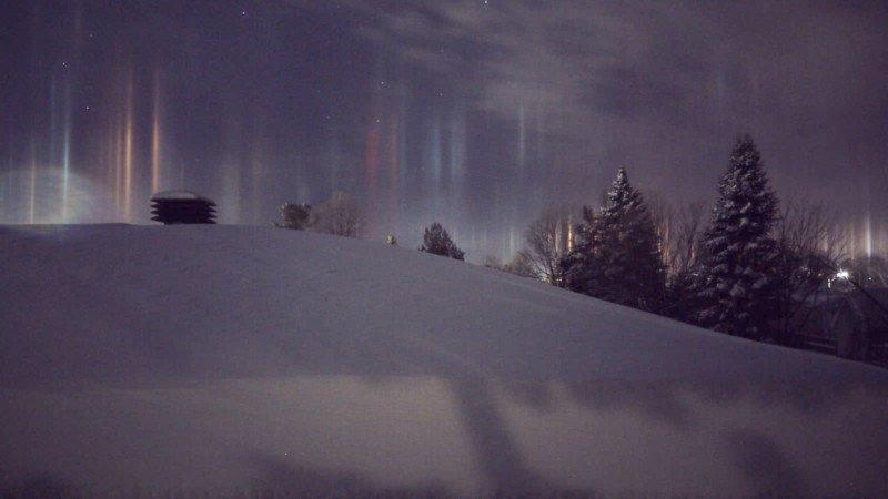 Espantosos pilares que parecem vigas alienígenas iluminando o céu noturno 02