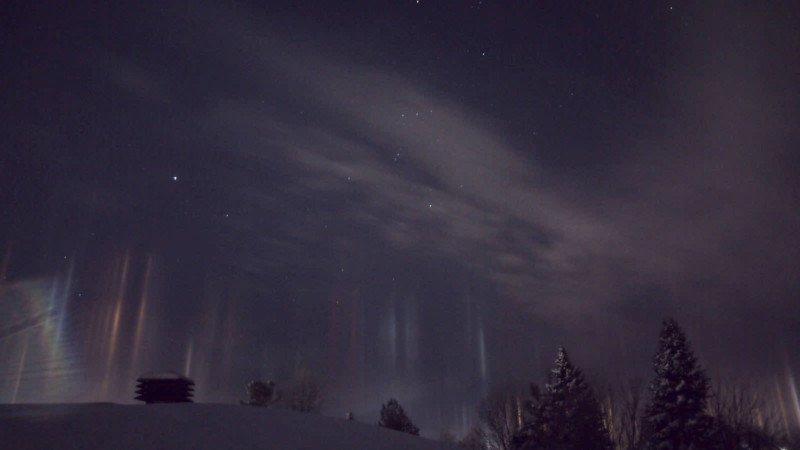 Espantosos pilares que parecem vigas alienígenas iluminando o céu noturno 03