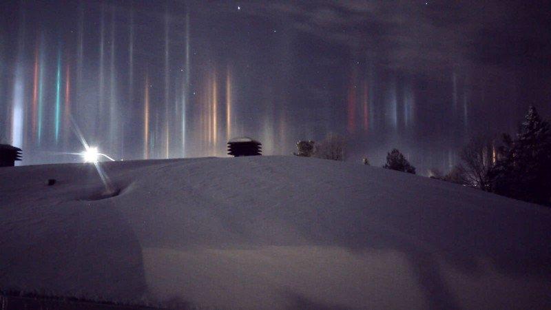 Espantosos pilares que parecem vigas alienígenas iluminando o céu noturno 04