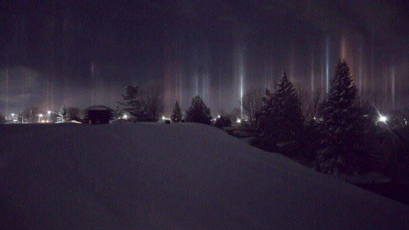Espantosos pilares que parecem vigas alienígenas iluminando o céu noturno 05