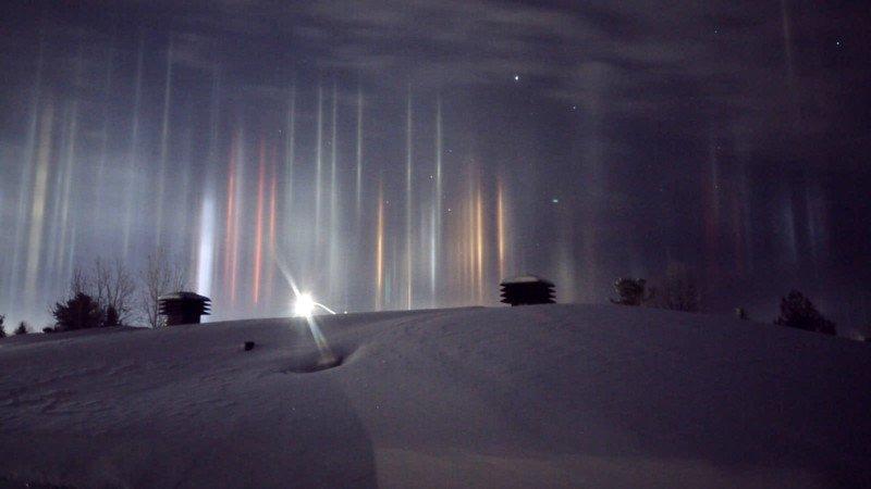 Espantosos pilares que parecem vigas alienígenas iluminando o céu noturno 06