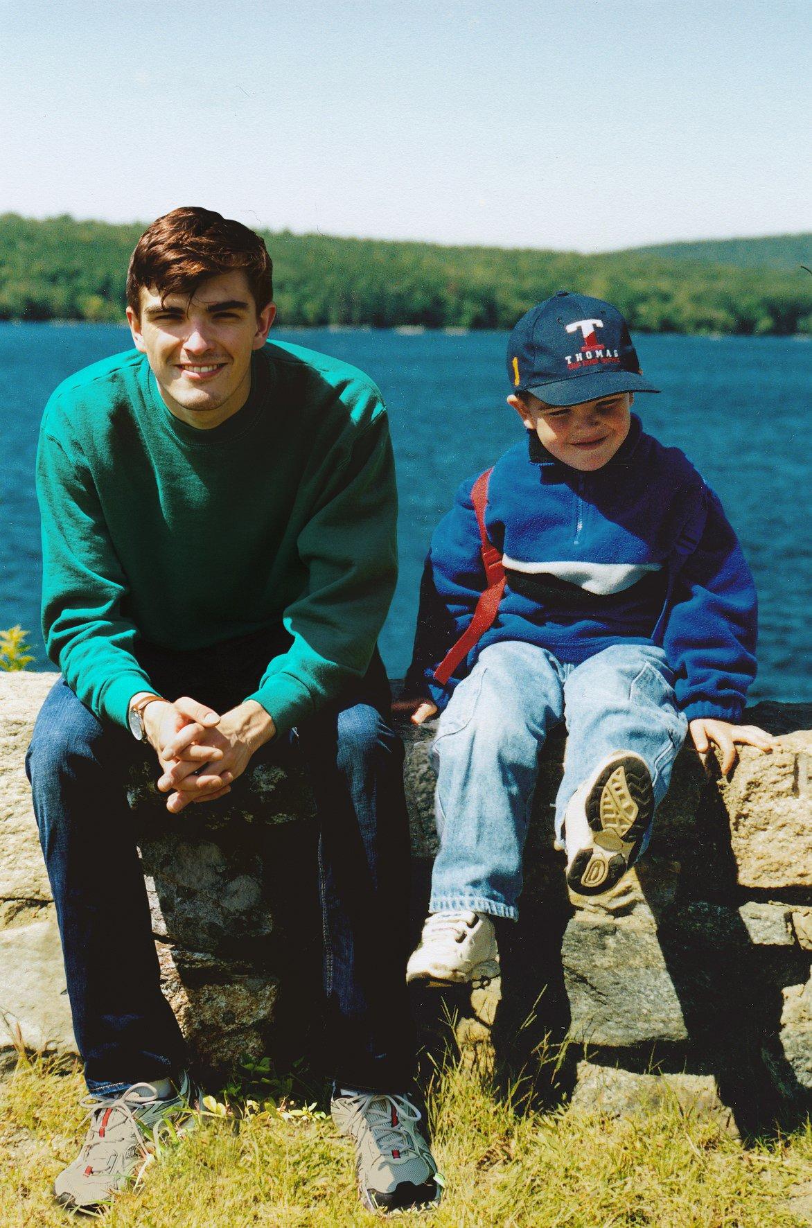 Este cara «fotochopou» ele mesmo em suas fotos de infância para que pudesse sair com seu eu mais novo 08