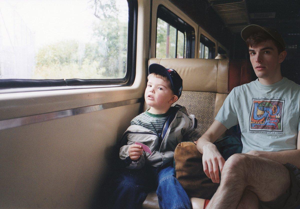 Este cara «fotochopou» ele mesmo em suas fotos de infância para que pudesse sair com seu eu mais novo 10