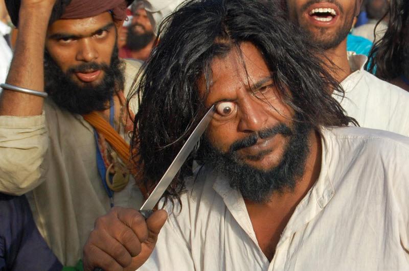 Um ritual chocante dos Sufis indianos 02
