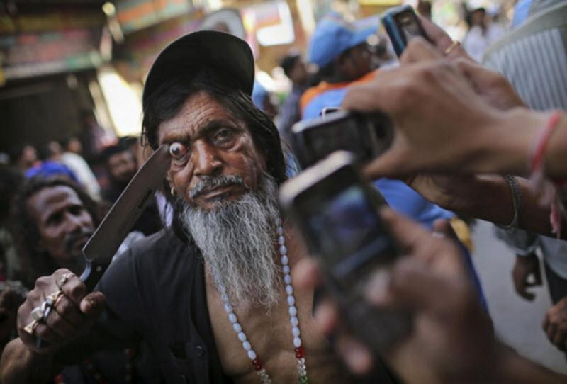Um ritual chocante dos Sufis indianos 03