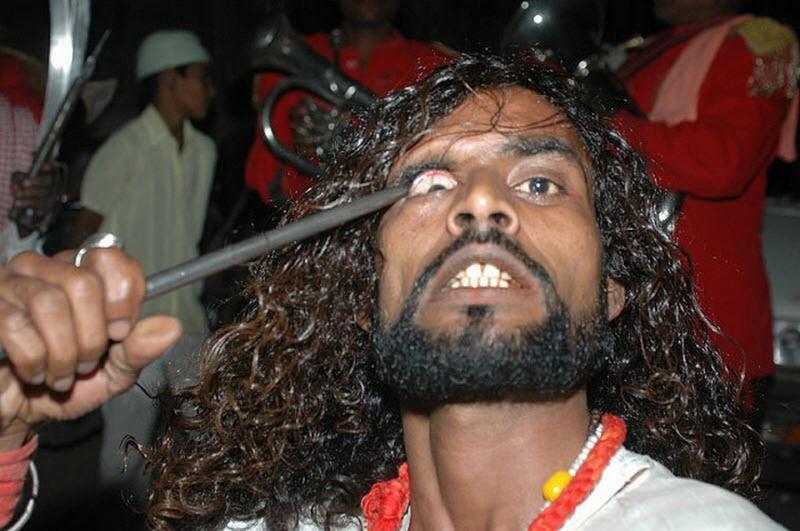 Um ritual chocante dos Sufis indianos 05