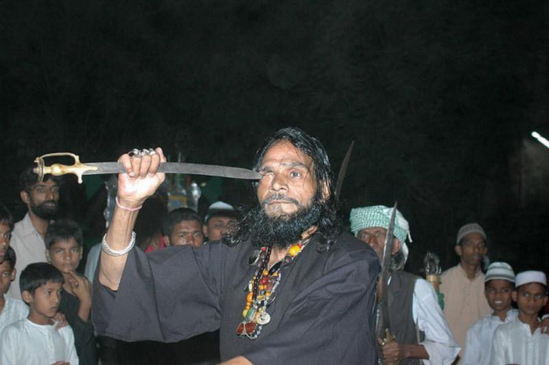 Um ritual chocante dos Sufis indianos 06