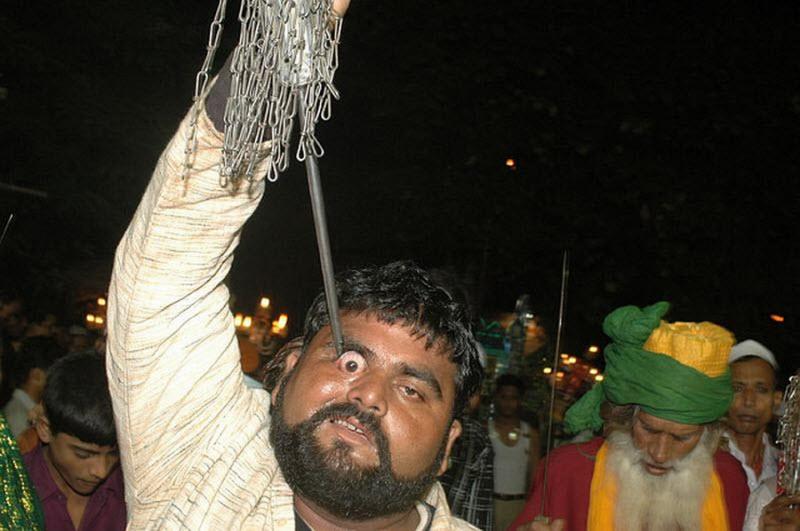 Um ritual chocante dos Sufis indianos 07