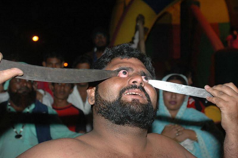 Um ritual chocante dos Sufis indianos 08