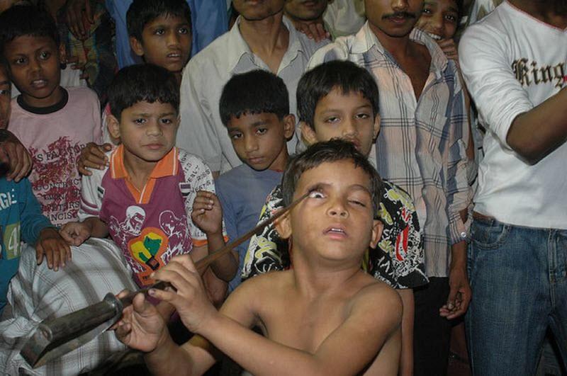 Um ritual chocante dos Sufis indianos 09