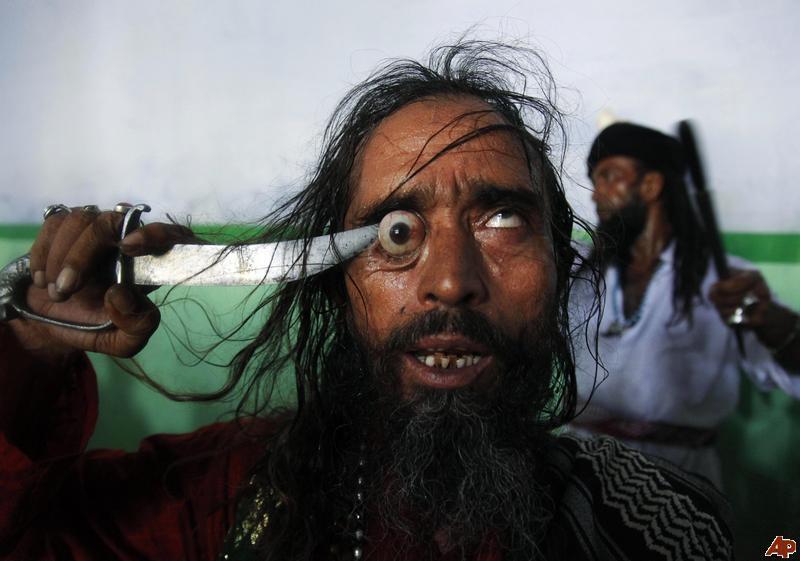 Um ritual chocante dos Sufis indianos 10