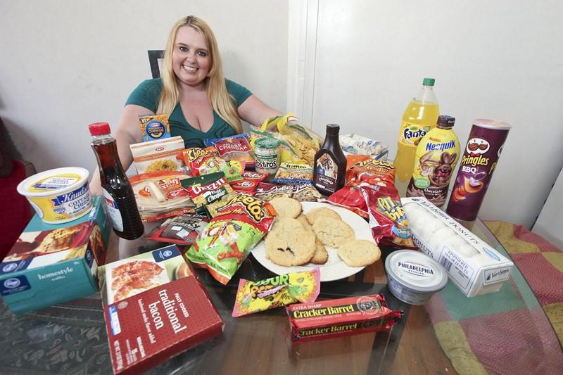 Jovem consome 5.000 calorias diárias para ser famosa 04