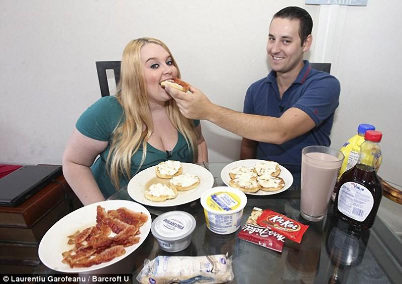 Jovem consome 5.000 calorias diárias para ser famosa 06