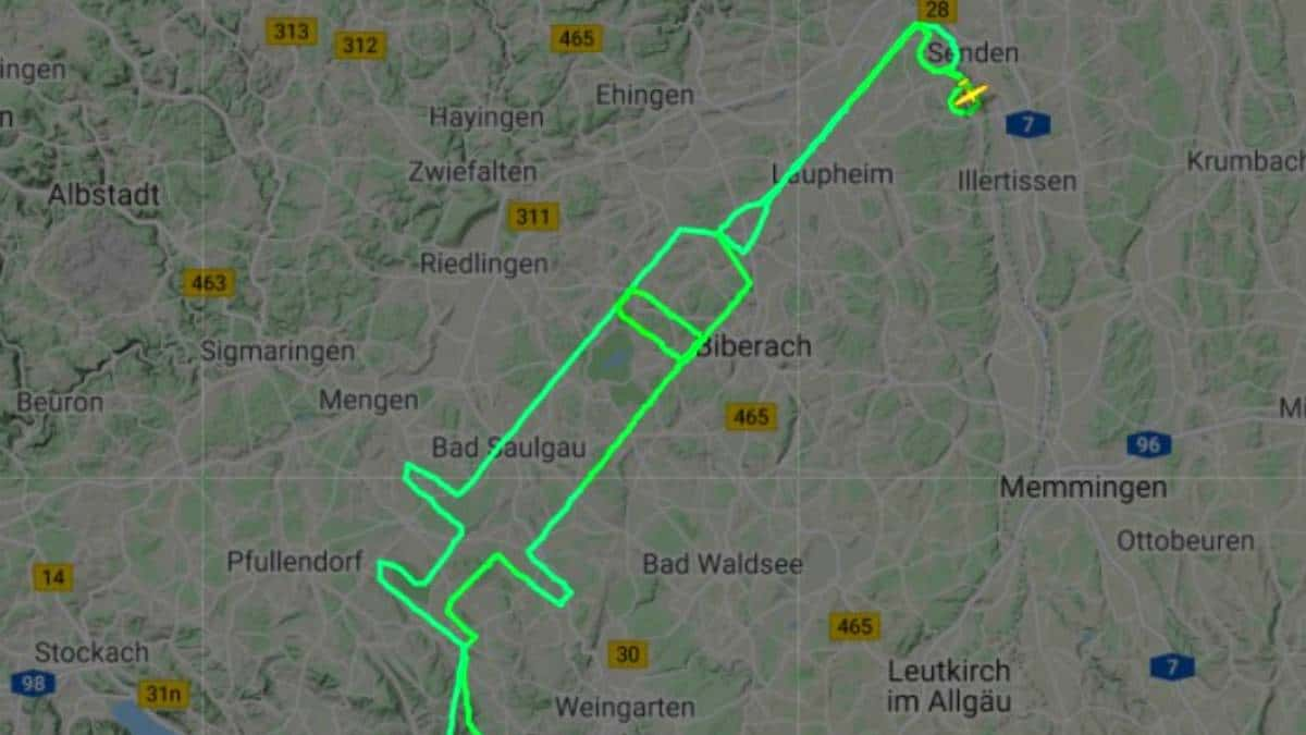 Piloto alemão desenha uma seringa no céu para celebrar a vacinação na Europa