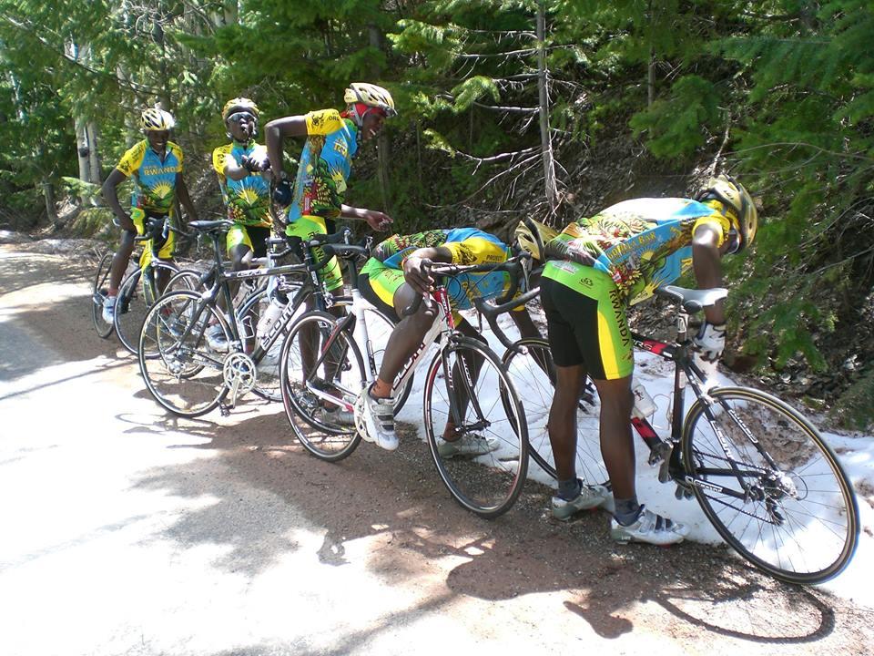 Equipe de ciclistas de Ruanda vendo neve pela primeira vez.
