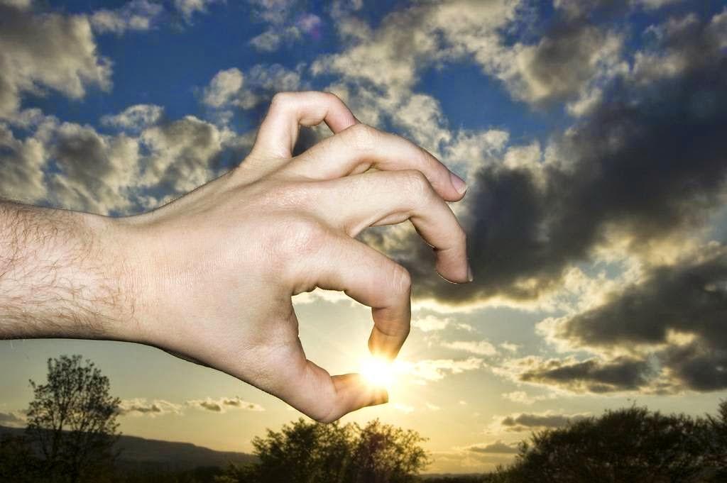 Pegando o sol com a mão.