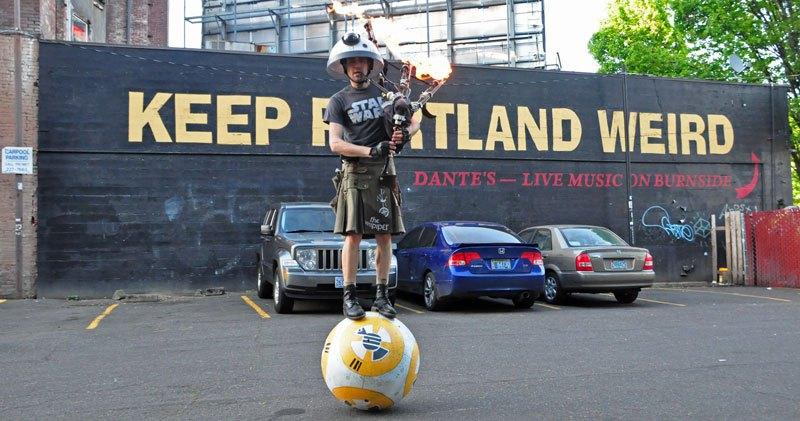 Apenas um indivíduo montando uma gigantesca bola tocando gaita de fole.
