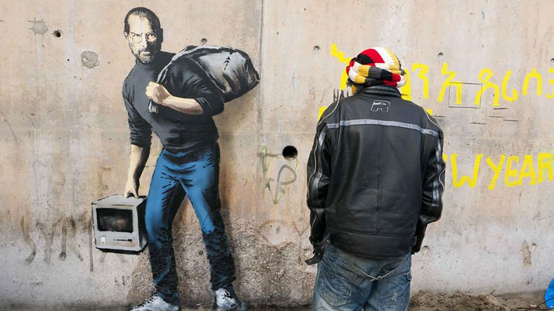 Uma nova obra de Banksy em um campo de refugiados em Calais, França