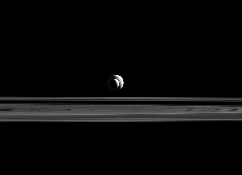 A sonda Cassini captou luas de Saturno em perfeito alinhamento com os anéis.