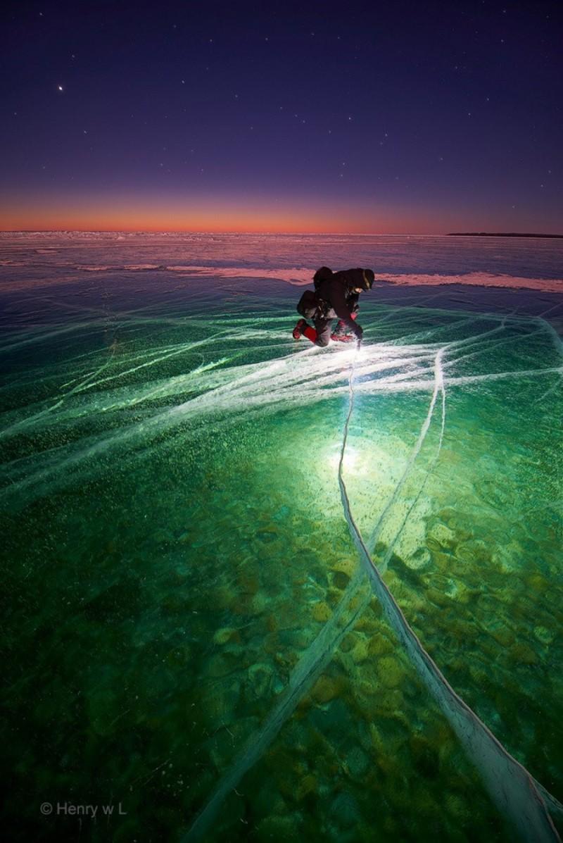 Uma placa de gelo iluminada ao amanhecer.