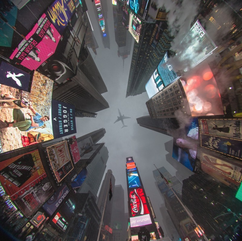 Um avião sobrevoando Times Square.