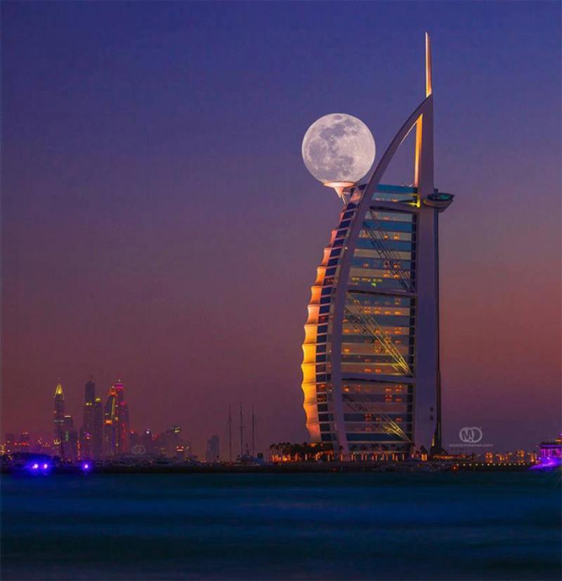 Lua cheia em Dubai. Por Mo Aoun.