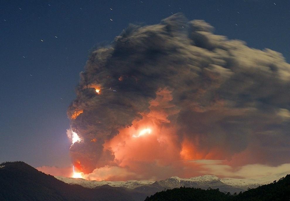 Erupção do enfurecido vulcão Caulle Puyehue no Chile, 2011. Por Rival Gustavo.