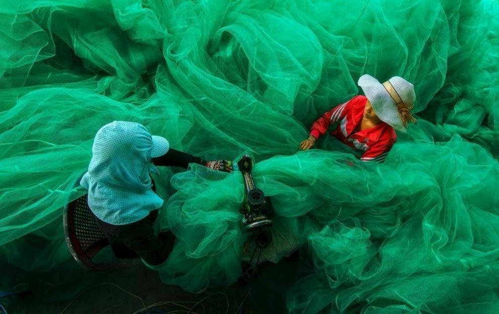 Tecendo uma rede de pesca, Vietnã. Por Pham Ty.