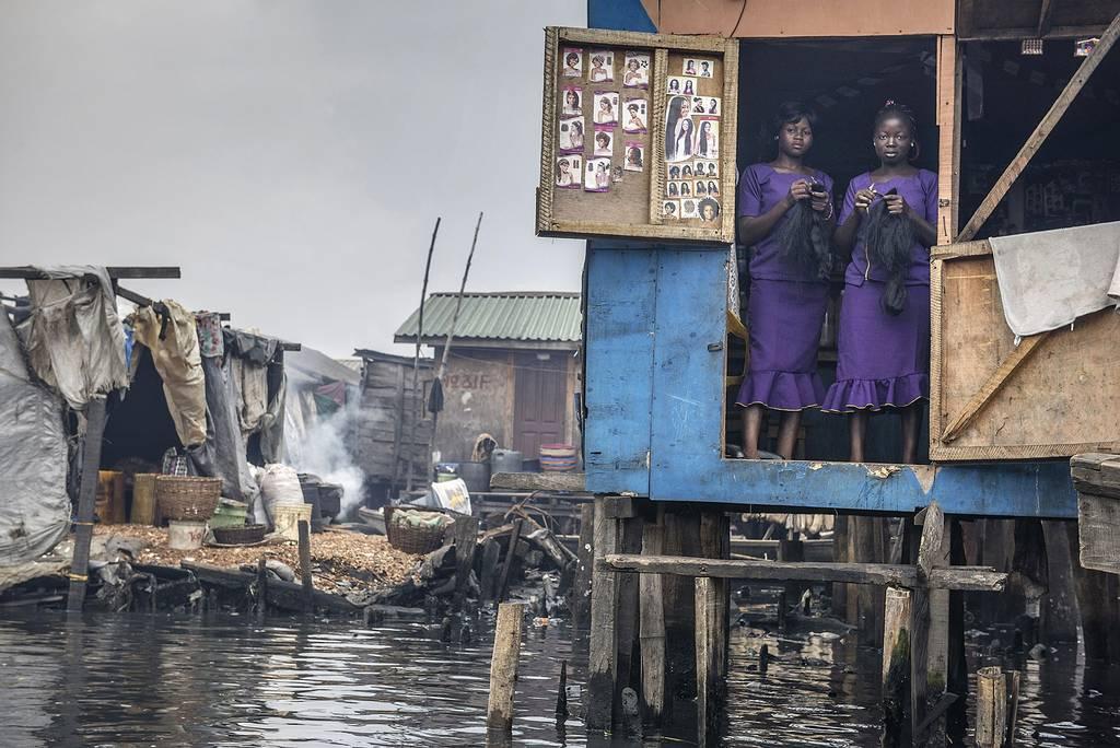 Salão de beleza, Lagos, Nigeri. Por Petrut Calinescu.