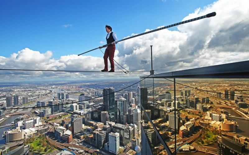 Kane Peterson na corda bamba a 300 metros de altura.