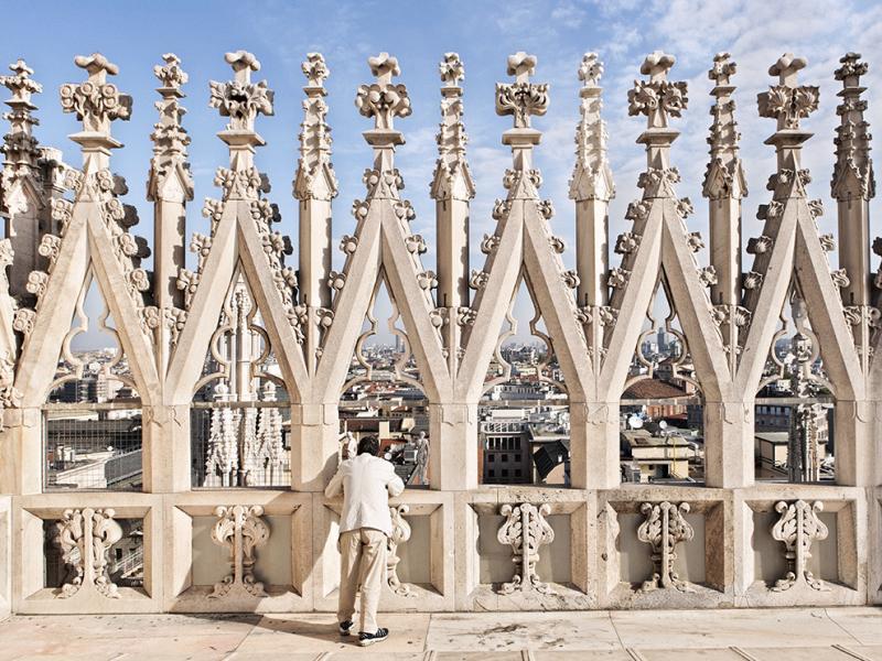 A vista do telhado do Duomo de Milão, pináculos, gárgulas e demais.