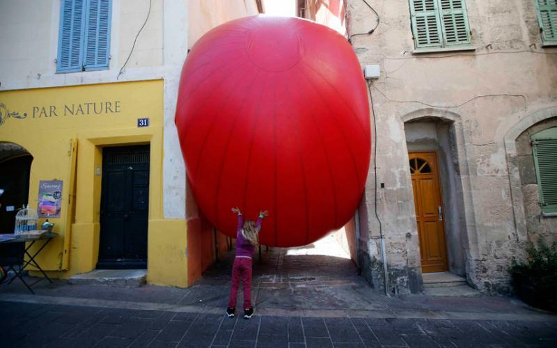 A esfera vermelha de Kurt Perschke, um projeto de arte que muda de local diariamente.