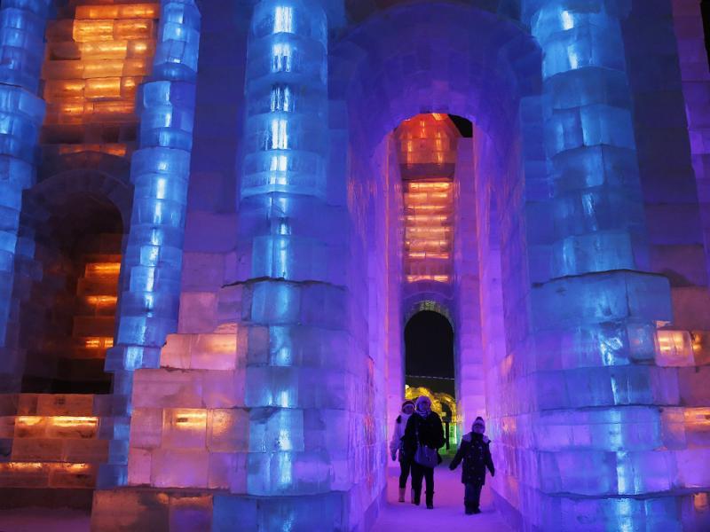 A iluminação incrível criada por palácios congelados do Festival do gelo de Harbin.