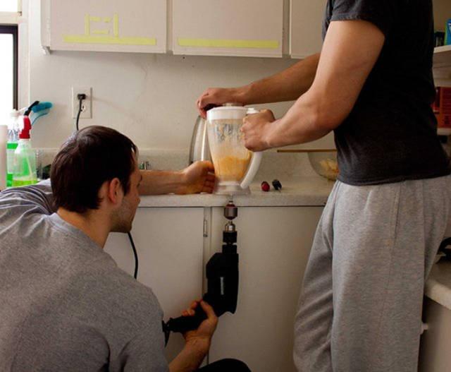 Homem na cozinha.