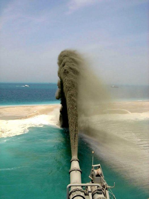 Homem construindo ilhas em Dubai 04