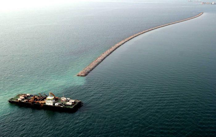 Homem construindo ilhas em Dubai 05