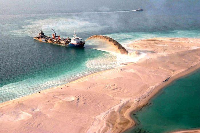 Homem construindo ilhas em Dubai 07