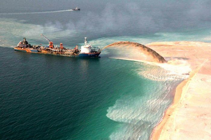 Homem construindo ilhas em Dubai 08