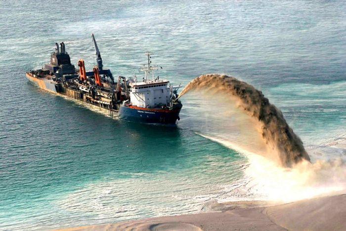 Homem construindo ilhas em Dubai 10