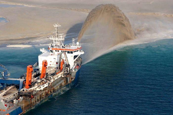 Homem construindo ilhas em Dubai 11