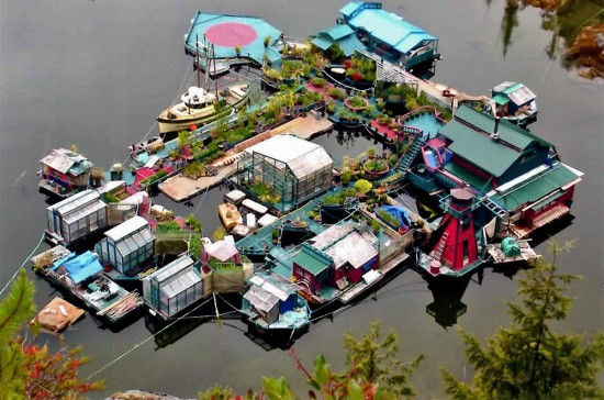 Este casal passou 20 anos construindo uma ilha flutuante sustentável para viver de modo autossuficiente
